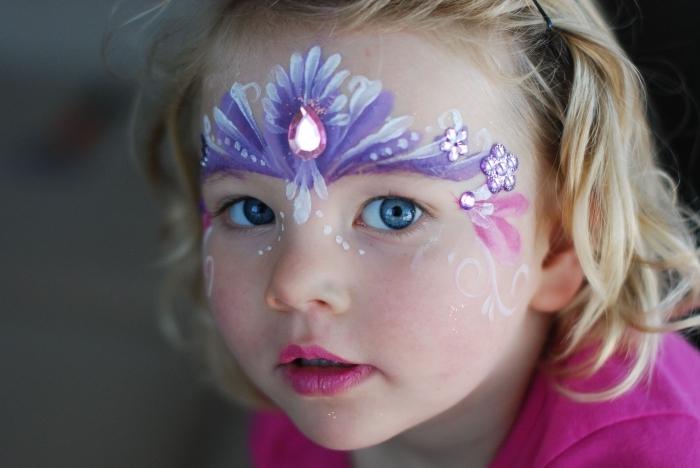 comment déguiser une fille en princesse avec maquillage enfant facile, modèle de peinture faciale à design couronne de princesse