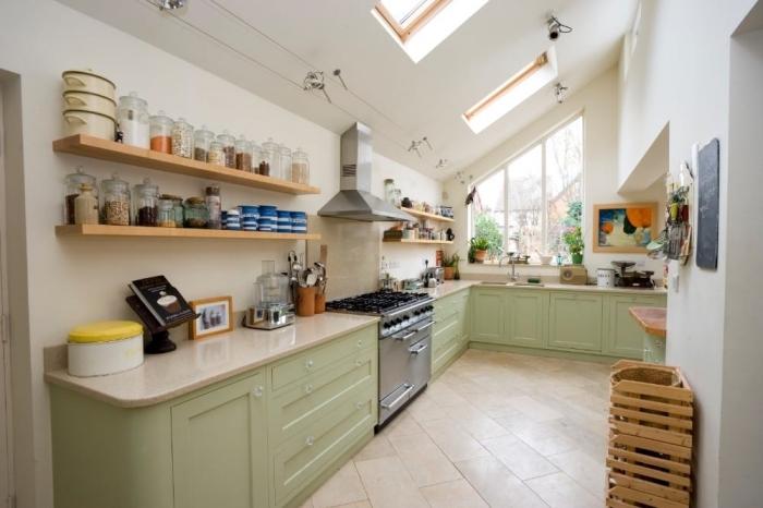 exemple comment aménager une cuisine sous pente en L, déco de cuisine avec meubles en vert amande et étagère bois