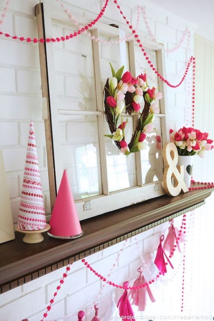 Étagère rangé avec fleurs et guirlandes roses, idée déco st valentin, idée surprise saint valentin jolie déco en rouge et blanc