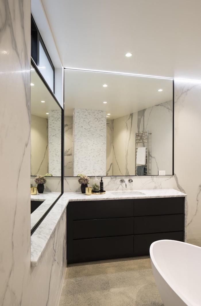 Cool idée salle de bains avec baignoire, meuble vasque marbre avec grand miroir en haut, meuble salle de bain marbre, amenagement salle de bain lux