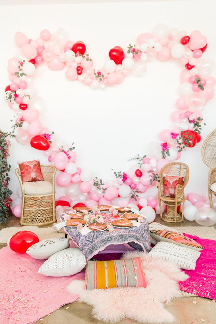 Ballons à la forme de coeur deco table st valentin, idée surprise saint valentin couple romantique, pique nique intérieur amies