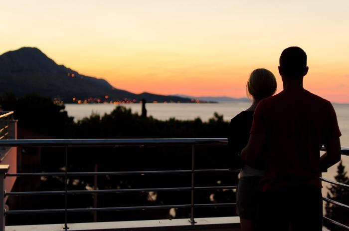 que faire en couple, visiter une nouvelle vie et observer le coucher du soleil d'en haut, couple amoureux et paysage romantique