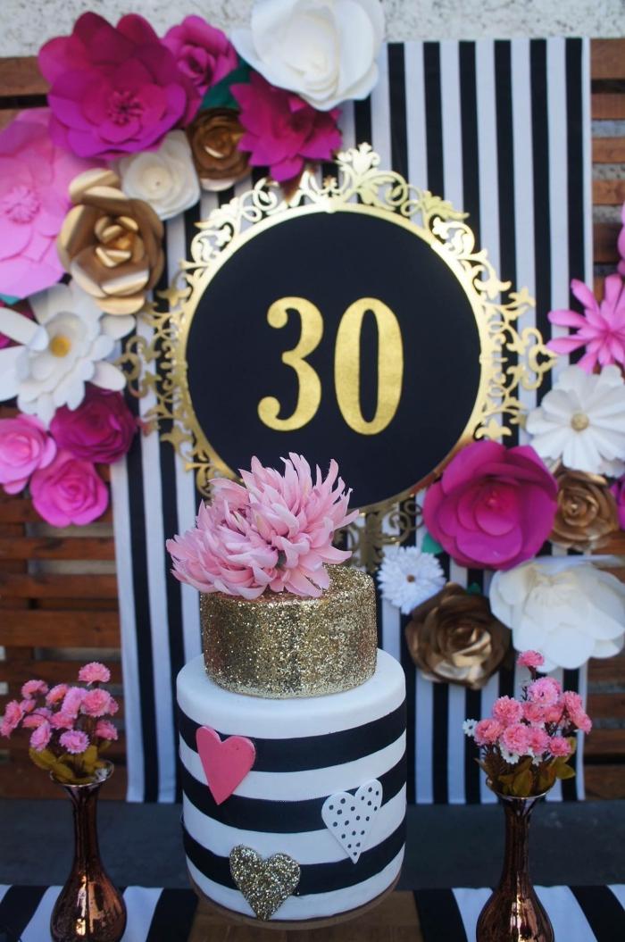 idée anniversaire 30 ans en plein air, comment organiser un party de jardin avec décoration en couleurs rose noir et or