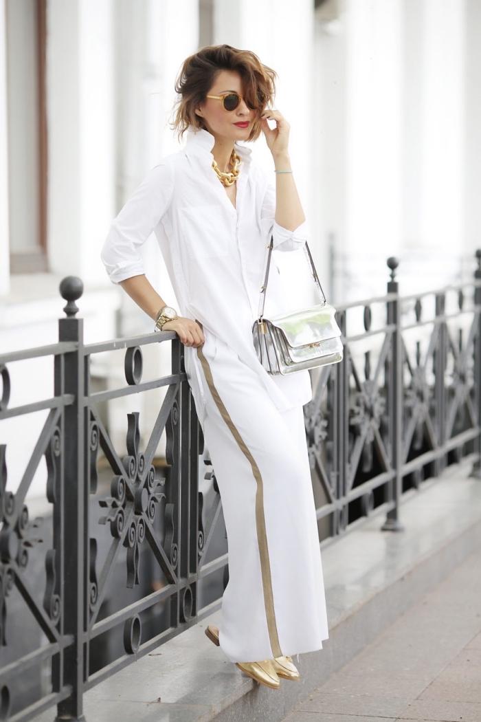 idée de tenue chic femme moderne en pantalon fluide et chemise blancs avec accents métallisés en argent et or