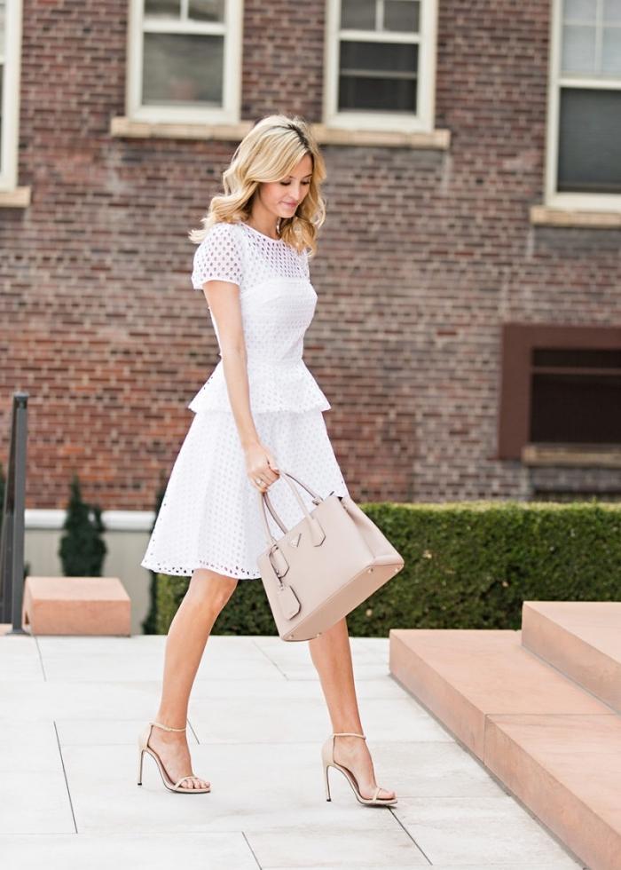 exemple de robe chic femme en blanc combinée avec chaussures hautes et sac à main cuir beige, coiffure facile cheveux bouclés