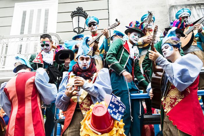 Deguisement carnaval groupe, masque pour changer de rôle, troubadour costume, musiciens avec leurs instruments