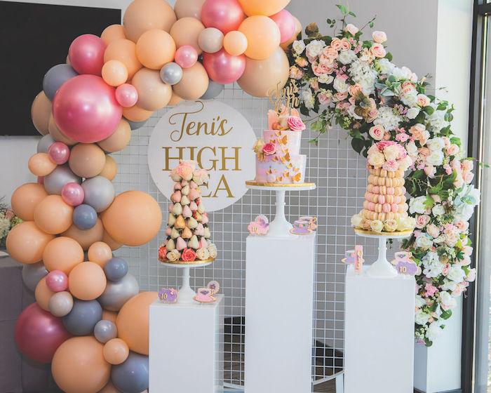 décoration d anniversaire en arche de ballons et arche de fleurs, gateau et pièces montées de tons pastel