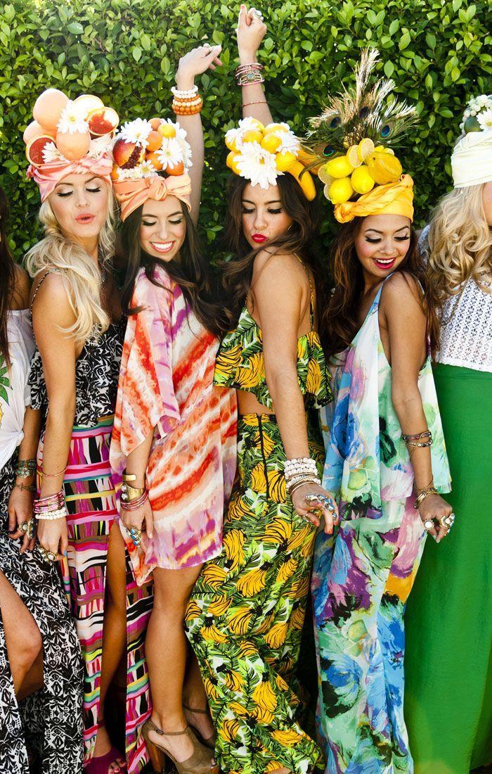 thème de soirée tropical autour de la piscine, femmes en robes colorées et accessoires cheveux en fleurs et fruits tropicaux