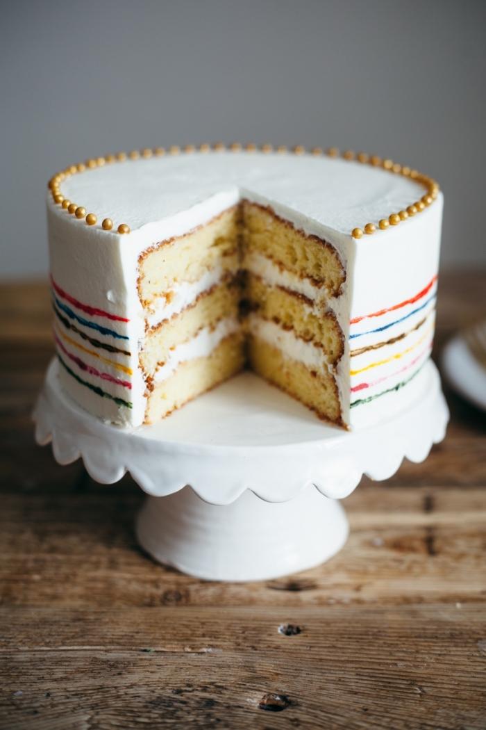 gâteau à la vanille et crème comme dessert du menu saint valentin, idée comment présenter un gâteau fait maison
