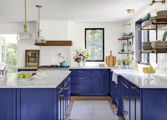 idee deco cuisine moderne avec accents de style rétro, aménagement cuisine avec plan de travail blanc et meubles bleu marine