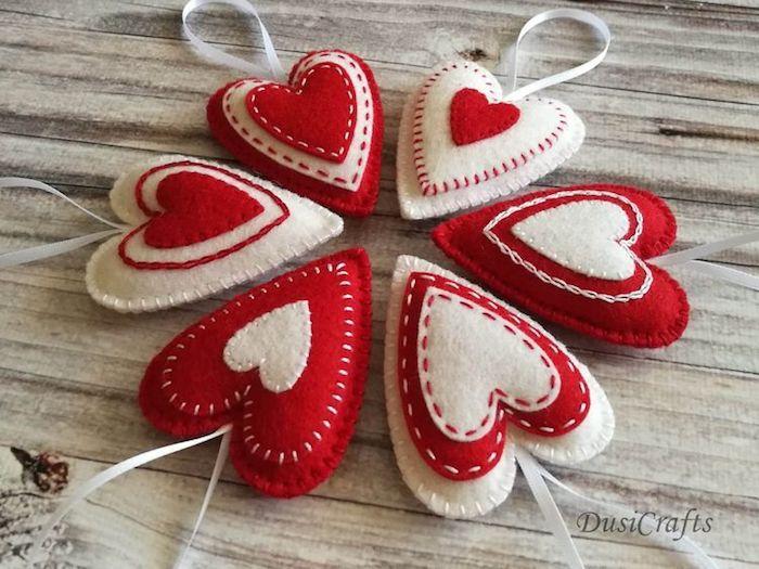 Petit ornament coeur faire soi meme en tissu, idée saint valentin, inspiration fête déco de table pour la saint valentin
