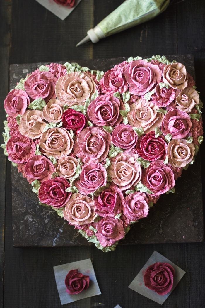 exemple comment décorer un dessert saint valentin, gâteau fait maison en forme de coeur décoré façon bouquet de roses