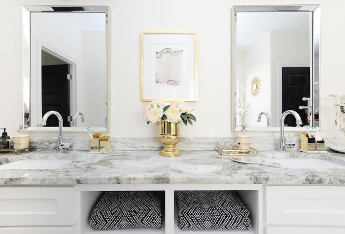 Lavabo meuble vasque en marbre, miroirs carré en métal cadre, vase doré avec fleurs, salle de bain marbre et bois à l'ancienne, salle de bain marbre blanc