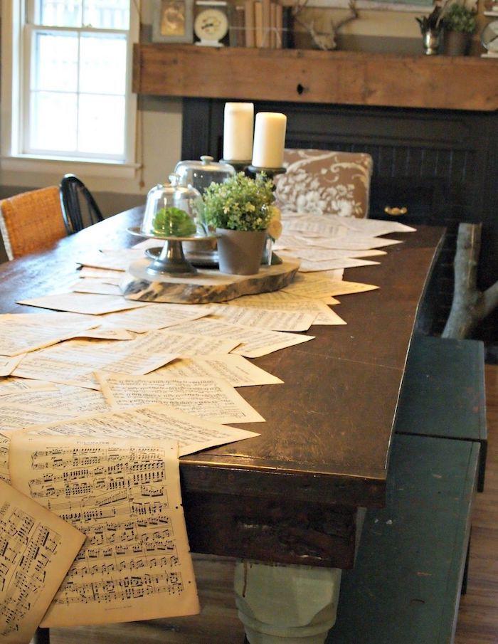 Romantique soirée saint valentin, idee deco vintage soiree romantique très jolie, nappe de papiers avec notes de musique