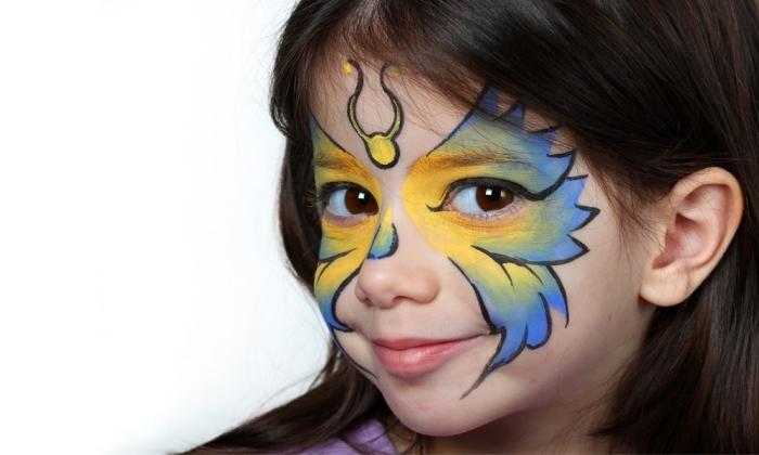 exemple de maquillage enfant facile avec pochoir papillon et peintures faciales de nuances jaune et bleu à contours en stick visage noir