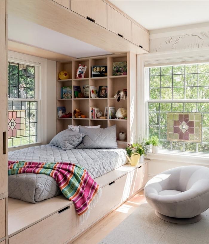 exemple de tete de lit a faire soi meme avec planches bois sous forme de bibliothèque mural pour une chambre ado