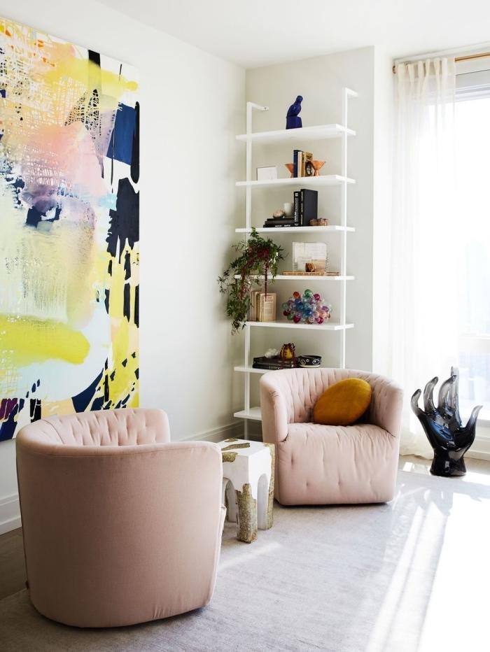 deco salon moderne aux murs blancs aménagé avec meubles en tissu rose pastel, aménagement de salon blanc avec accents colorés