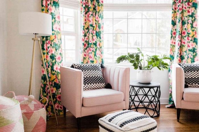 deco salon moderne aux murs blancs et sol en bois foncé aménagé avec meubles en tissu rose pastel et accents noir mat