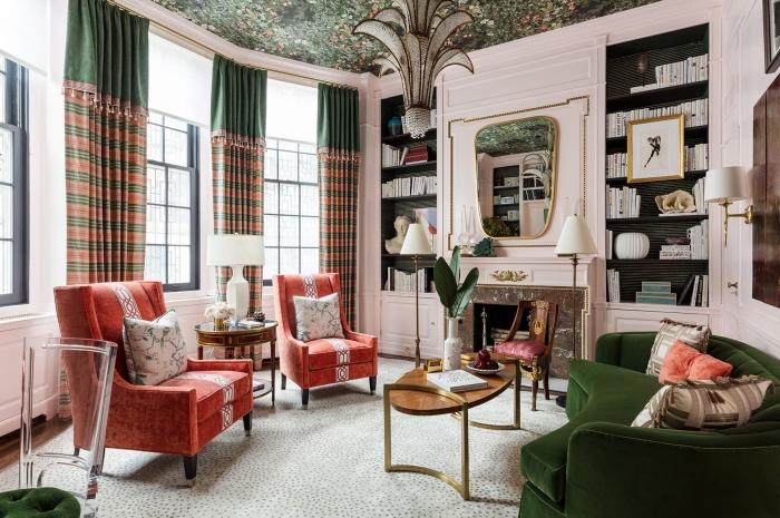 design intérieur tendance dans un salon rose pastel au plafond à motifs tropicaux aménagé avec canapé tendance 2020 en velours vert