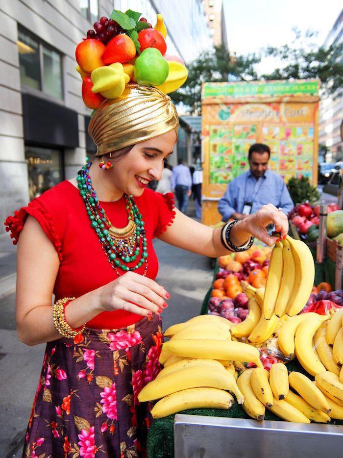 T-shirt rouge et jupe fleurie, idée déguisement de carnaval avec chapeau aux fruits, comment s'habiller pour mardi gras