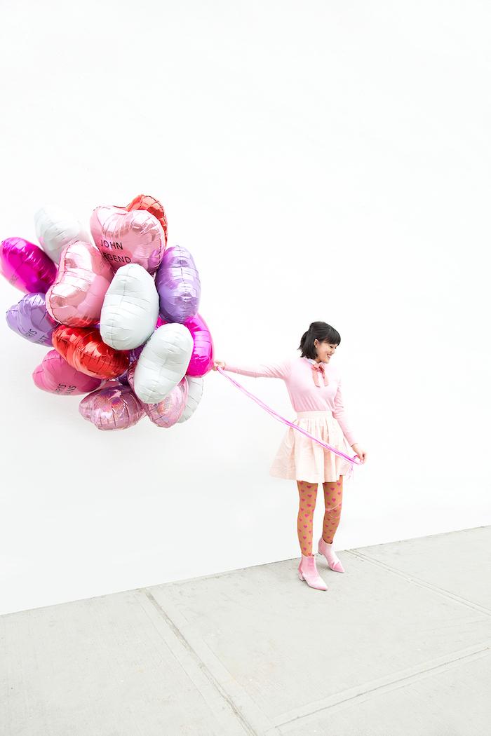 Ballons à la forme de coeur avec le nom de celui que vous aimez, idée deco de fete romantique pour st valentin, cadeau balon rose