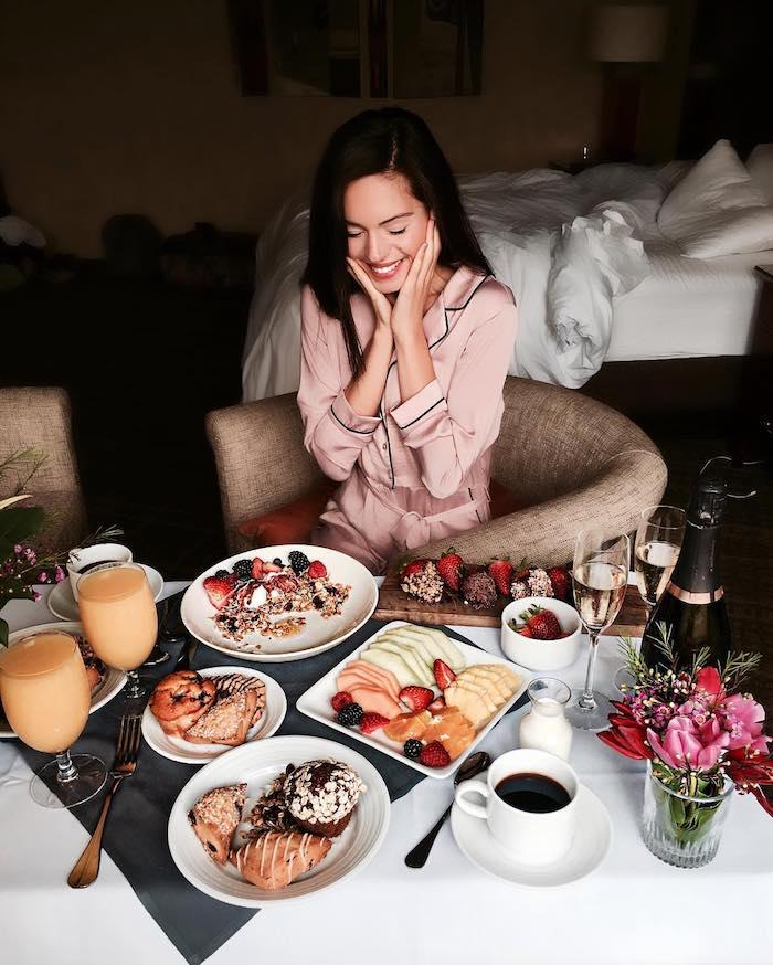 Petit déjeuner au lit, surprendre sa copine avec un geste romantique, decor de table pour la saint valentin, decoration fete romantique