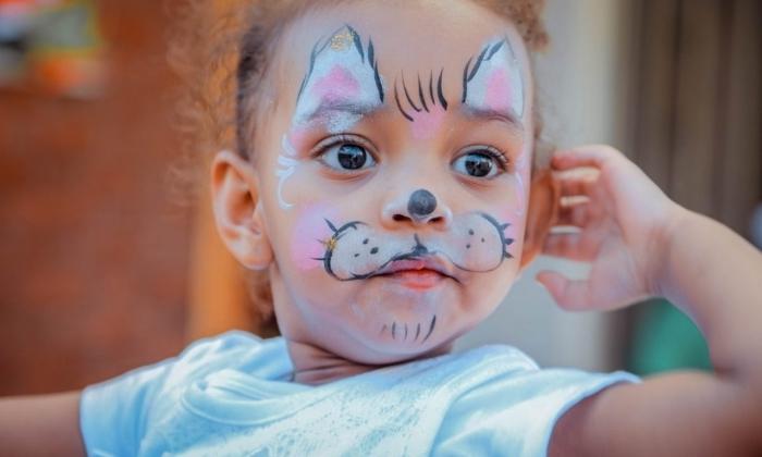 idée de maquillage halloween facile pour enfant, petite fille avec make-up enfant façon chat à oreilles rose et blanc