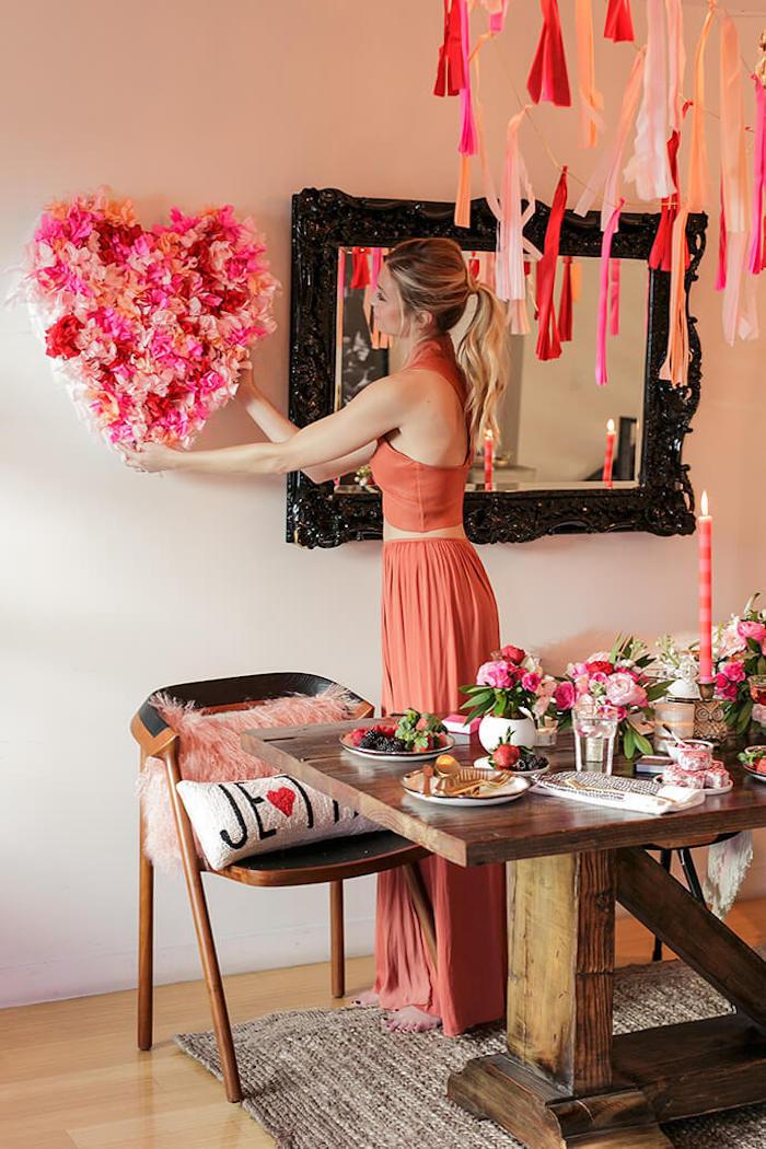 Coeur de fleurs déco murale, brunch avec les copines pour la fete de saint valentin, theme soirée saint valentin, deco amour journée romantique festive
