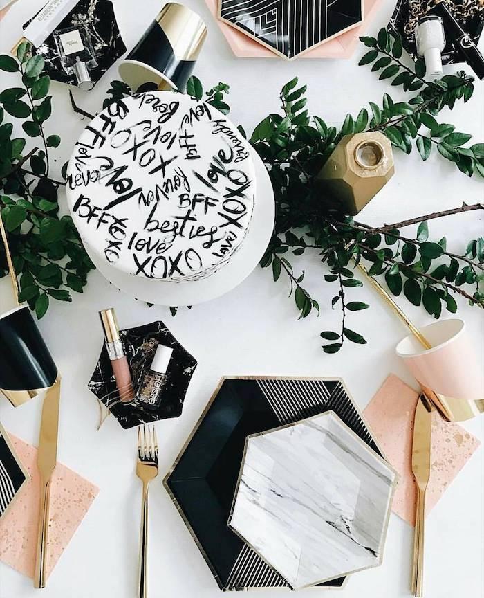 Petit déjeuner entre amies, idee deco de table romantique, décoration romantique saint valentin