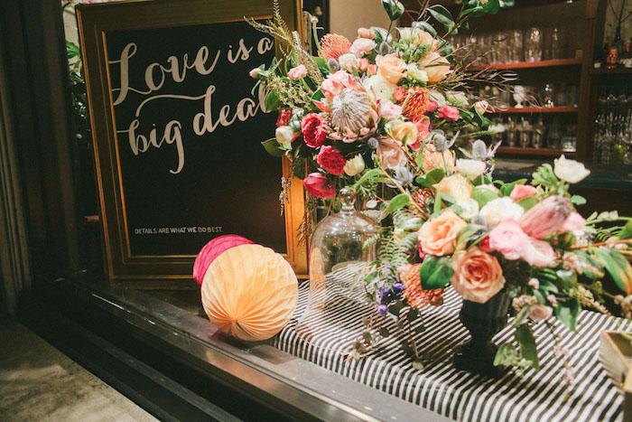 Aimer l'amour déco vitrine fleurie, idee deco soiree romantique, festive décoration pour couple amoureux