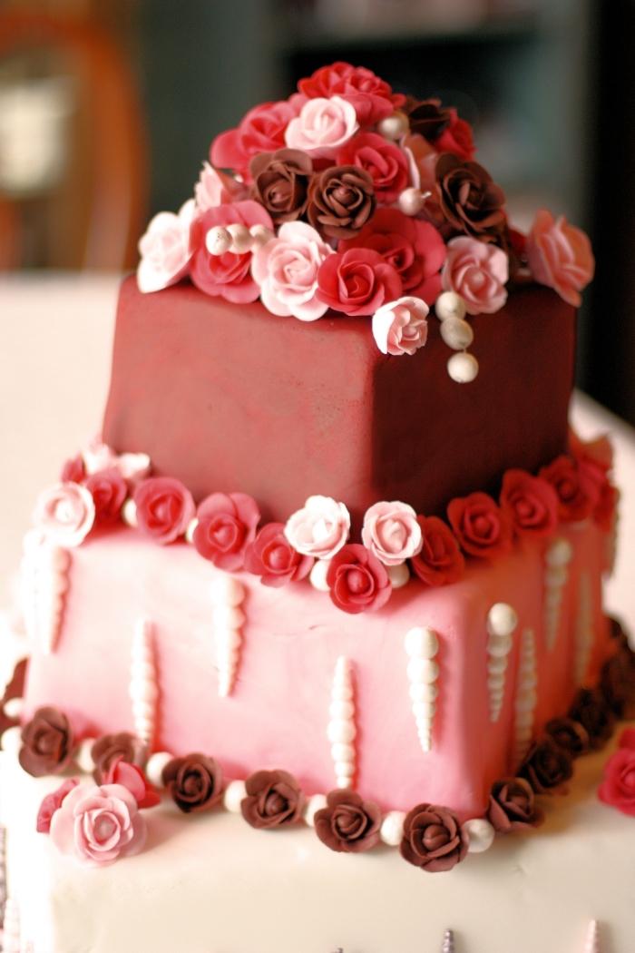 exemple de gateau st valentin fait maison aux génoises vanille et décoration en fondant rouge et rose avec petits fleurs comestibles