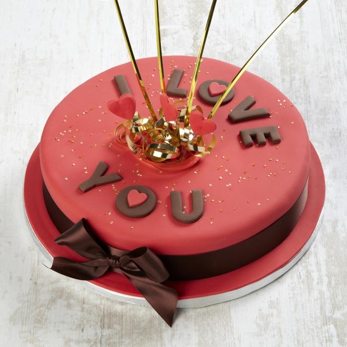 exemple de gâteau romantique au fondant rouge avec alphabet en chocolat, idée repas amoureux avec dessert original