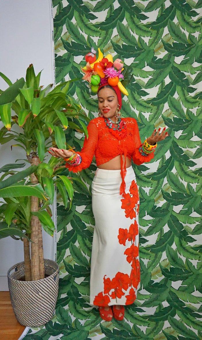Papier peinte fleurs vertes, deguisement de groupe, déguisement de carnaval pour femme, jupe longue blanche fleurie