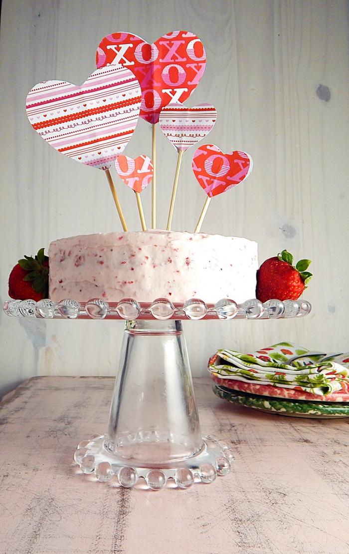exemple comment décorer un gâteau romantique aux génoises prêtes et crème au beurre avec bâtonnets coeurs