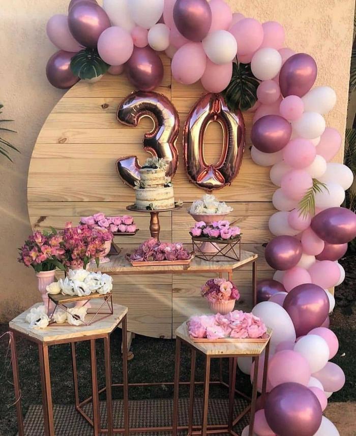 anniversaire inoubliable 30 ans, décoration festive avec tableau en bois décoré de ballons chiffres 30 ans pour femme