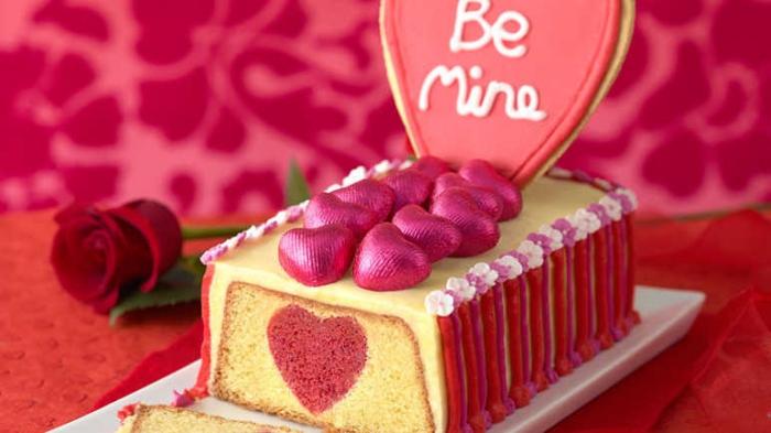 quel dessert facile pour un repas romantique, idée de cake à la vanille au glaçage citron avec décoration coeurs bonbons
