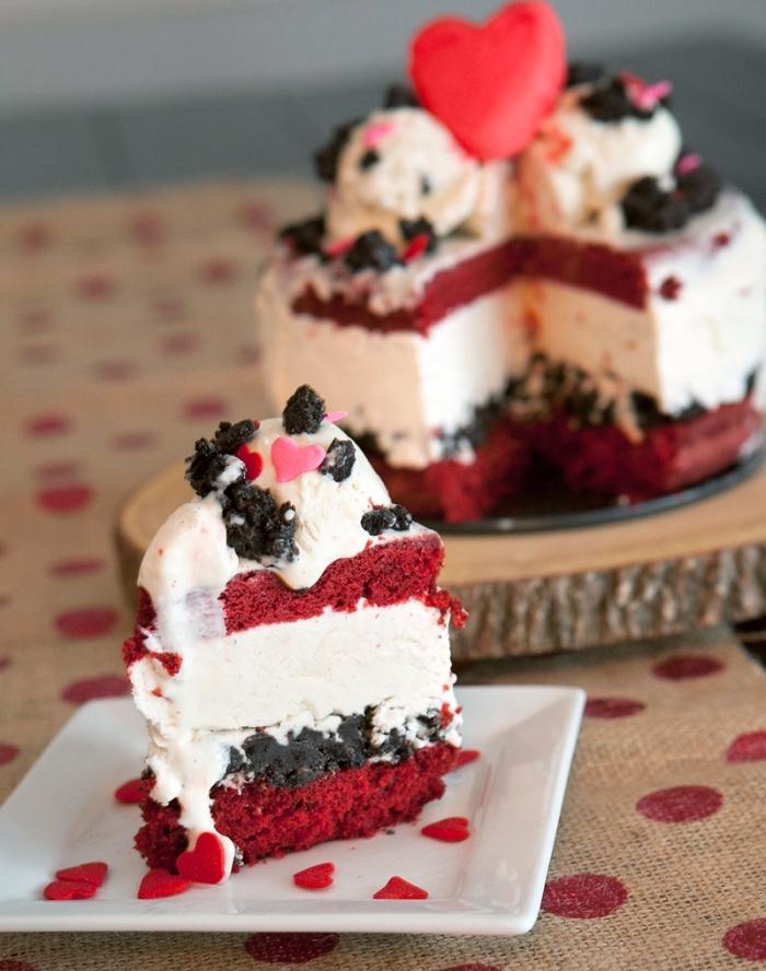 recette de gâteau romantique au fromage blanc et génoise velours rouge, idée dessert velvet cake pour saint valentin