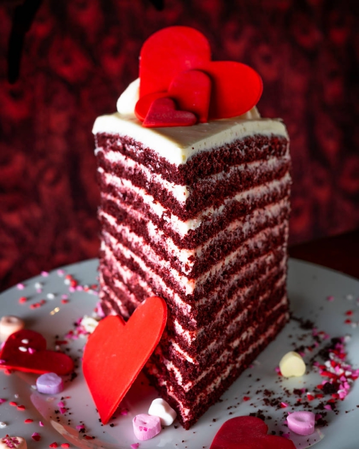 recette de dessert original pour le menu saint valentin, idée de gâteau de velours rouge avec décoration en coeurs