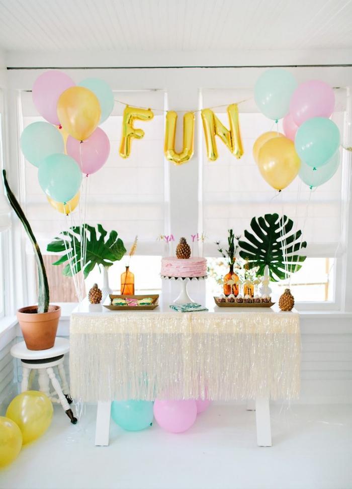 décoration festive pour un anniversaire 30 ans femme à la maison sur thème tropical avec ballons en couleurs pastel