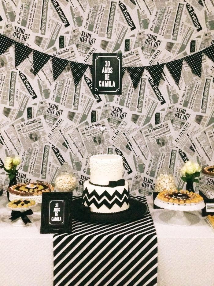 idée de déco style rétro chic pour un party d'anniversaire adulte, modèle de gateau anniversaire adulte en blanc et noir