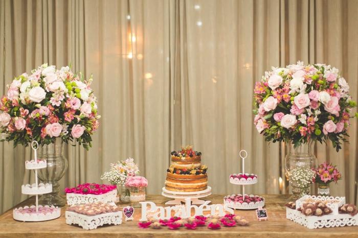 déco table gâteau d'anniversaire avec bouquets de fleurs fraîches, comment organiser un party d'anniversaire pour femme