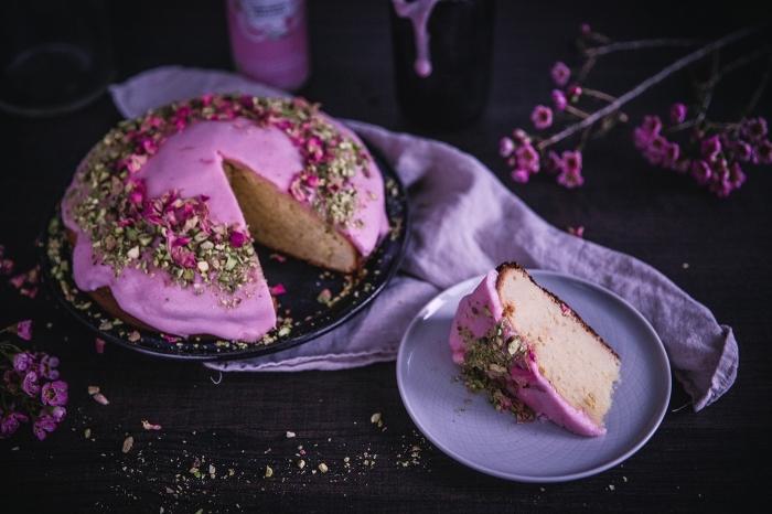 recette de dessert moelleux facile et rapide, idée de gâteau de Saint Valentin au glaçage violet avec décoration en fleurs et noix