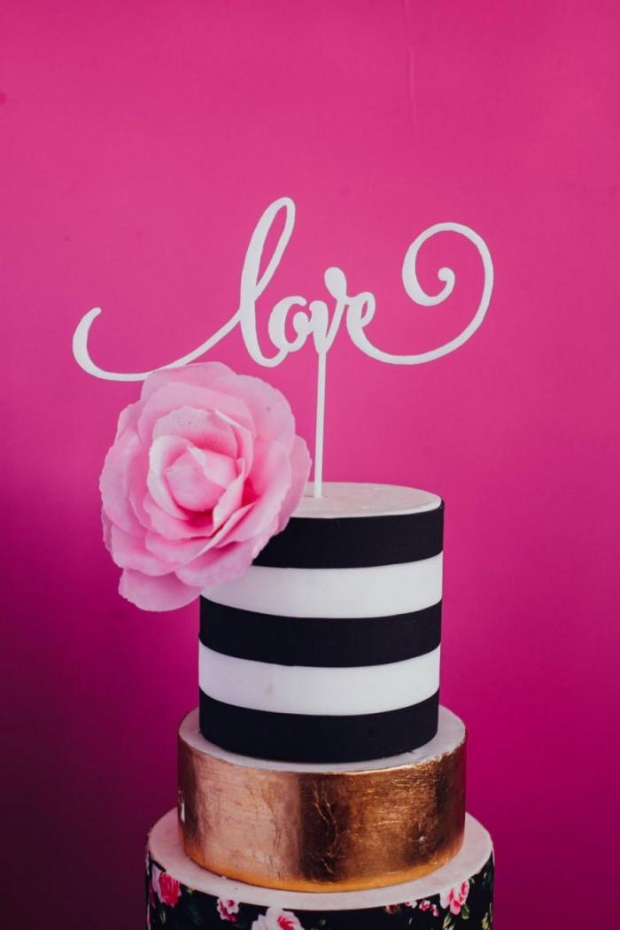 quel dessert pour un repas saint valentin, exemple de gâteau chic en layers au fondant blanc et noir avec décoration lettres amour