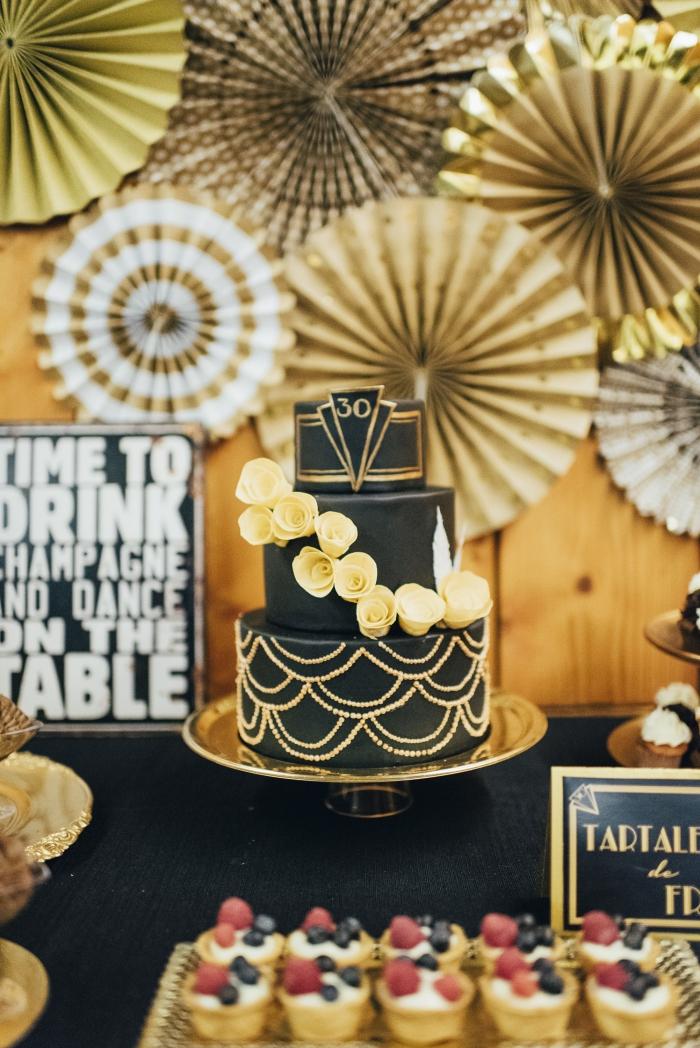 exemple de deco noir et or pour anniversaire femme, quelle décoration pour un anniversaire adulte stylé en noir et or