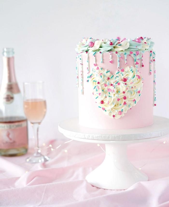 exemple de gâteau fait maison au glaçage rose pastel avec décoration en crème fraîche sous forme de coeur