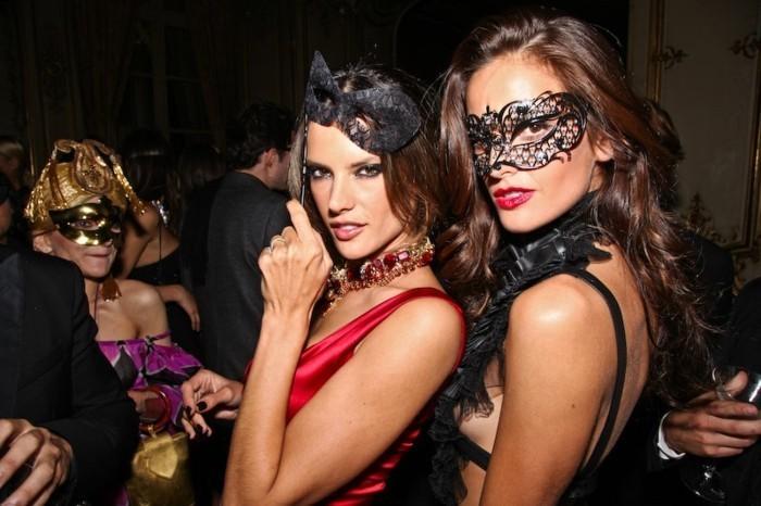 Élégantes robes longues, robe satin rouge, masque noire, deguisement famille, déguisement de carnaval en commun