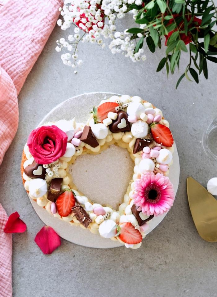exemple de gateau en forme de coeur aux biscuits à la cuillère et crème au beurre décoré de meringues et fruits
