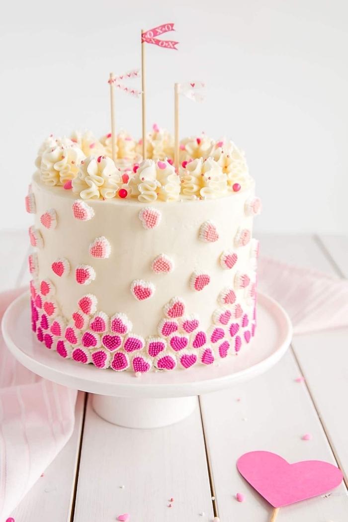 idée de dessert facile pour un repas saint valentin romantique, modèle de gâteau au fondant blanc décoré de fleurs en crème fraîche