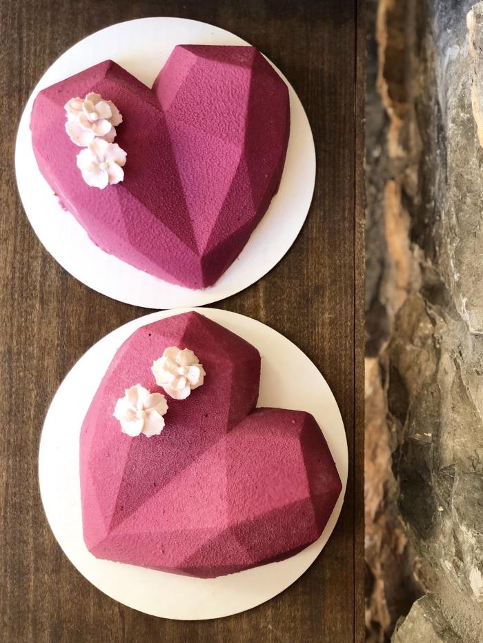 quel dessert pour un repas saint valentin, modèle de gâteau original en forme de coeur pour la fête de la saint valentin