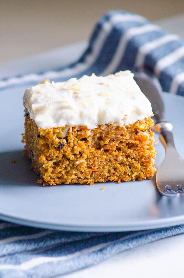 exemple de gateau pour le gouter simple sans gluten aux carottes et noix et topping de fromage à la crème